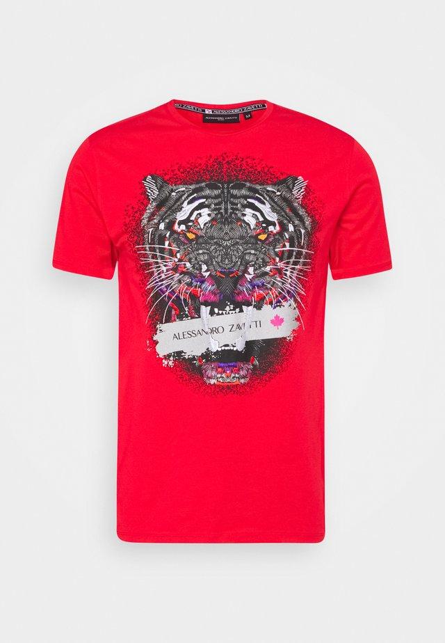 SAVAGE TEE - Print T-shirt - red