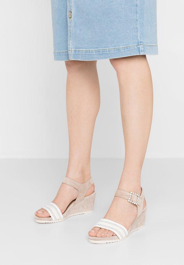 ISABELLA - Sandalen met sleehak - sable