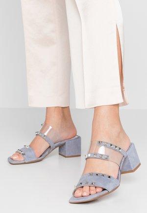 SALMA - Pantofle na podpatku - cielo