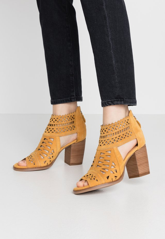 LISET - Sandały z cholewką - mostaza