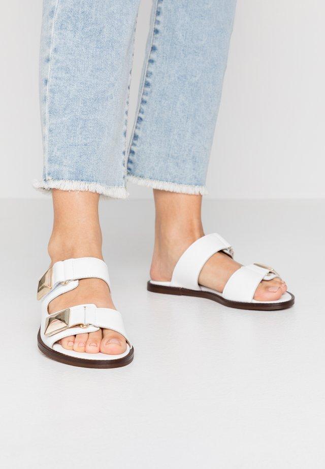 AMBER - Pantolette flach - blanco