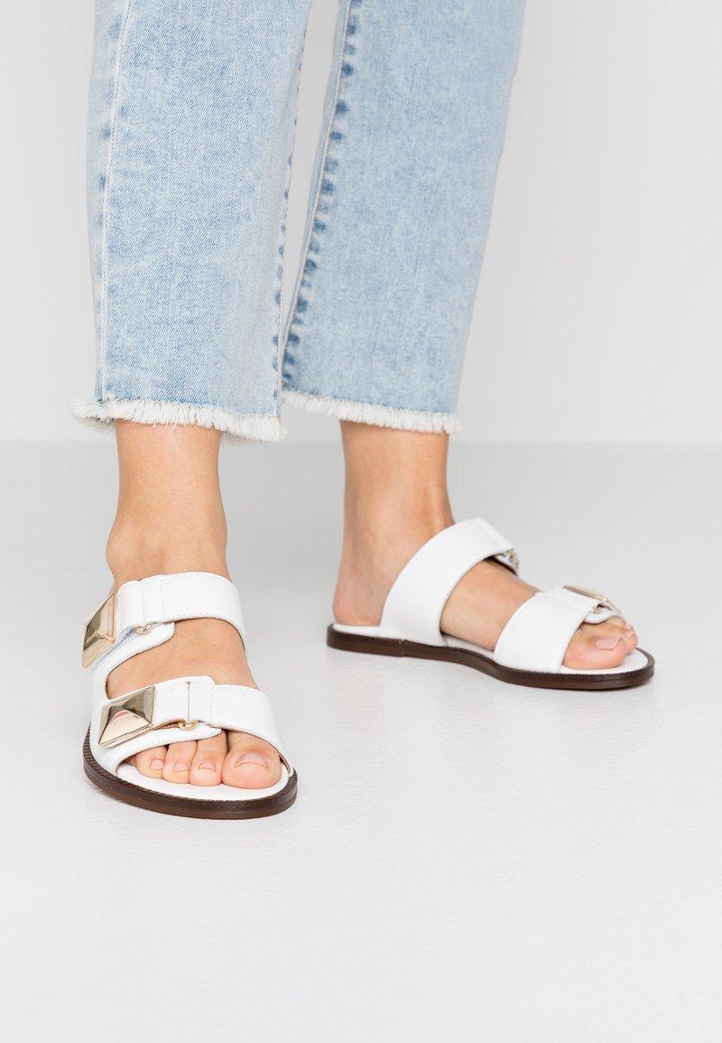 Alpe - AMBER - Pantofle - blanco