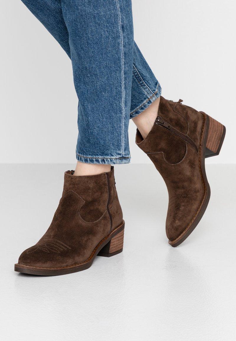Alpe - NELLY - Cowboy/biker ankle boot - marron