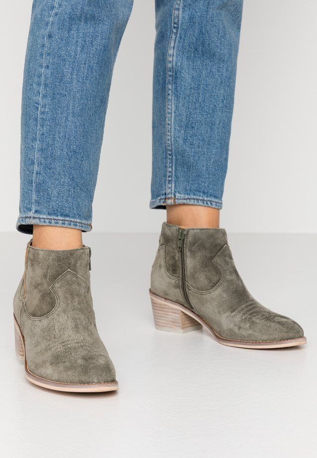 NELLY - Ankle boot - militare