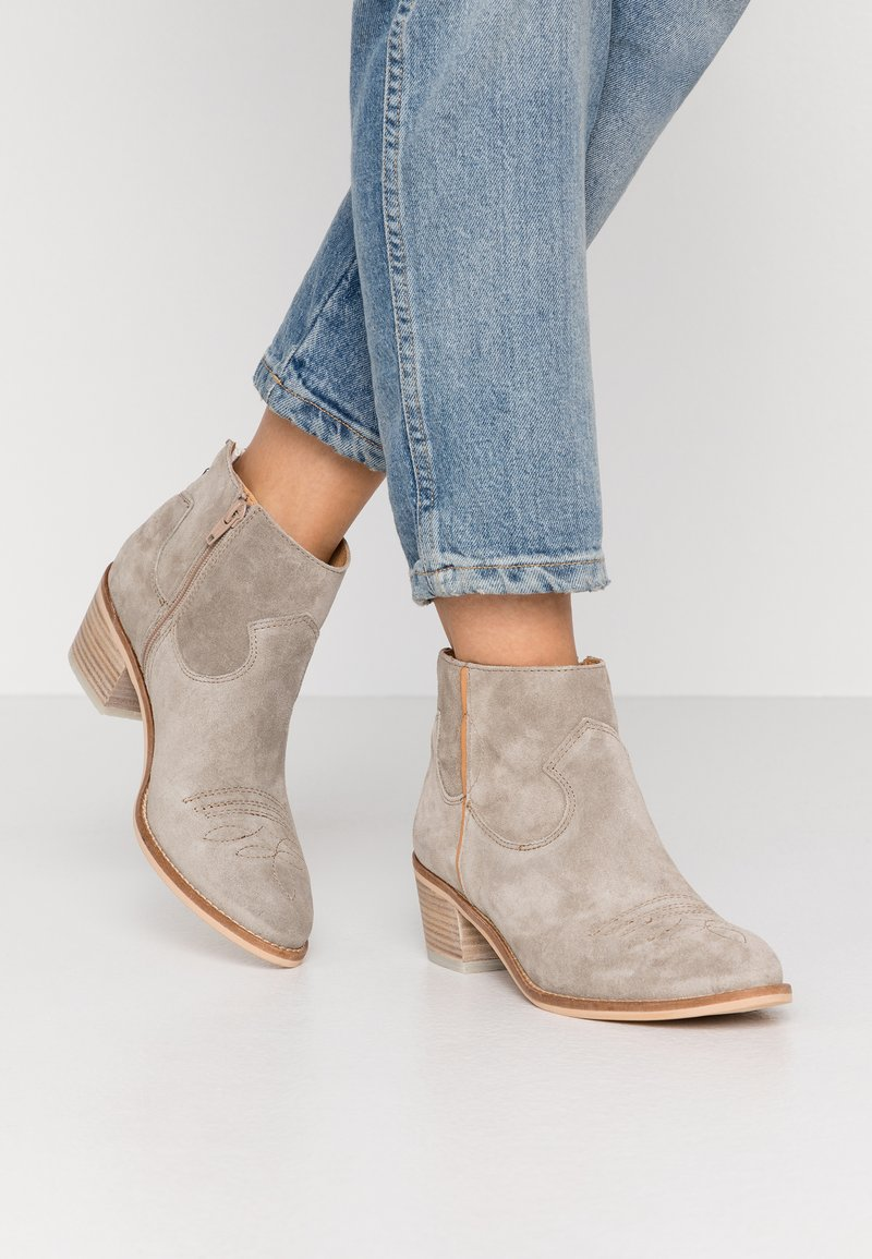 Alpe - NELLY - Ankle boots - kaky