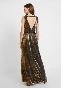 Allen Schwartz - ZOZA DEEP V MAXI DRESS IN CRINKLE METALLIC  - Gallakjole - bronze - 2