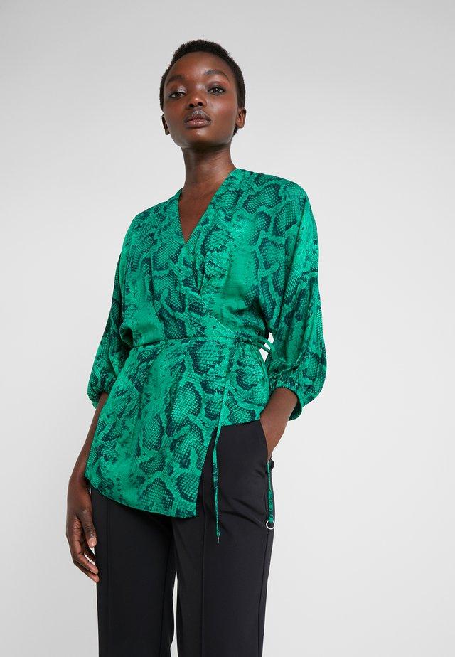 AKIKO KIMONO BLOUSE IN ANIMAL PRINT - Bluse - green