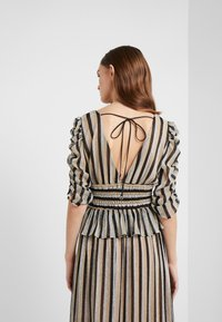 Allen Schwartz - LARA STRIPE DEEP V TOP SMOCKED WAIST - Print T-shirt - black/gold - 2