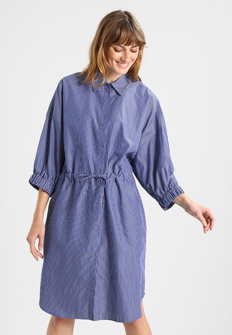 Amorph Berlin - MIA DRESS DRAWSTRING - Košilové šaty - blue