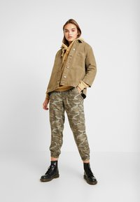 American Eagle - SOFT JOGGER CAMO - Pantaloni - green - 1