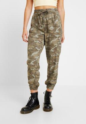 SOFT JOGGER CAMO - Spodnie materiałowe - green