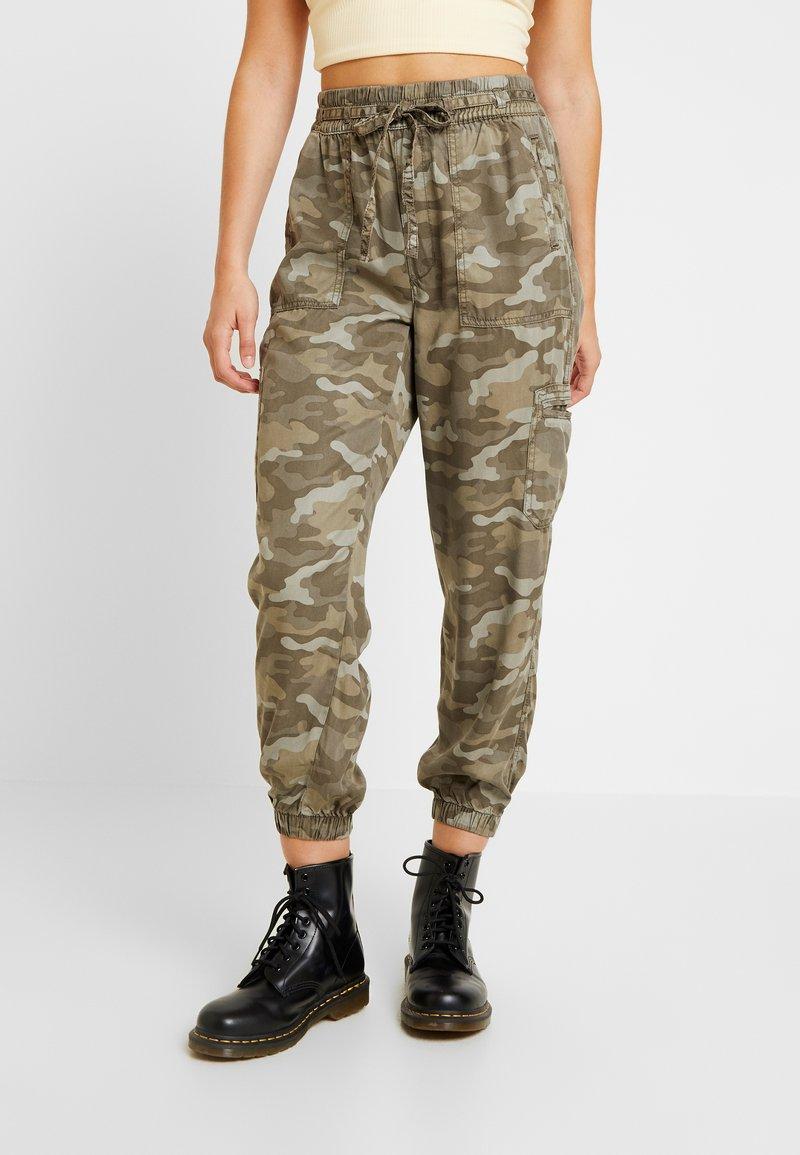 American Eagle - SOFT JOGGER CAMO - Pantaloni - green