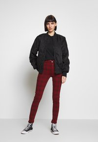 American Eagle - HIGH RISE JEGGING - Kalhoty - red - 1