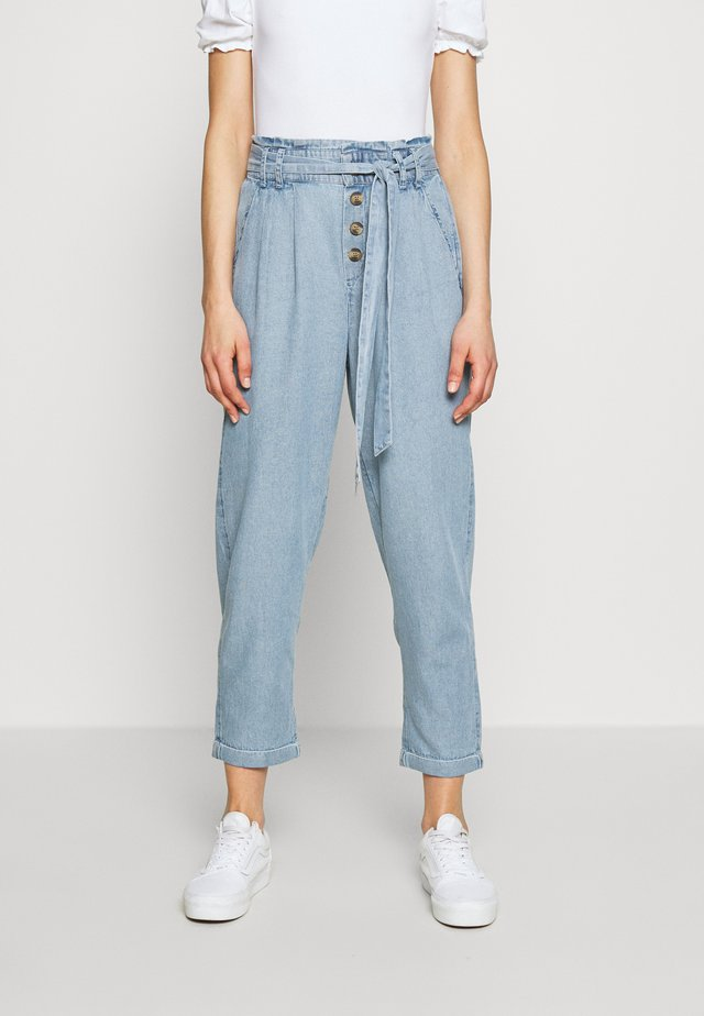 BUTTON FRONT PAPERBAG TAPER PANTS - Stoffhose - light blue