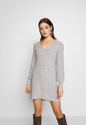 OPEN VEE HILO DRESS - Pletené šaty - gray
