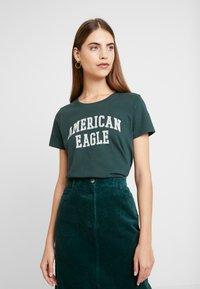 American Eagle - CLASSIC TEE - Triko spotiskem - green - 0