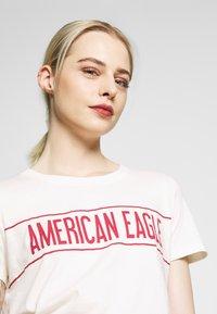 American Eagle - BRANDED HOT STORE TEE - Triko spotiskem - white - 4