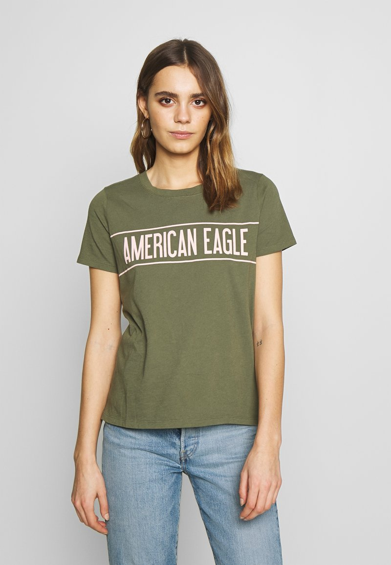American Eagle - BRANDED HOT STORE TEE - Triko spotiskem - green