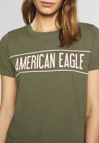 American Eagle - BRANDED HOT STORE TEE - Triko spotiskem - green - 5