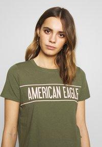 American Eagle - BRANDED HOT STORE TEE - Triko spotiskem - green - 3