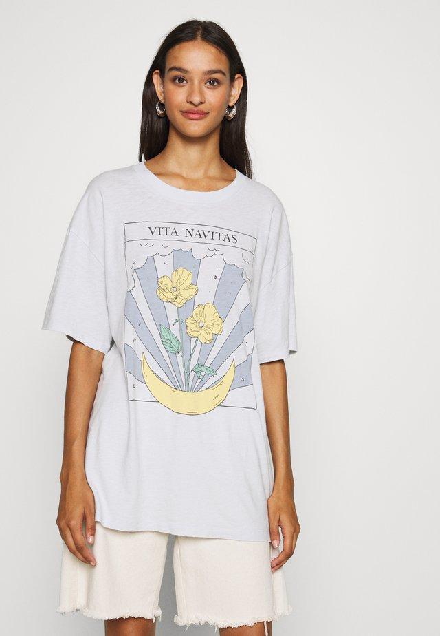 ECLECTIC ILLUSTRATION OVERSIZE LENNON TEE - T-Shirt print - blue