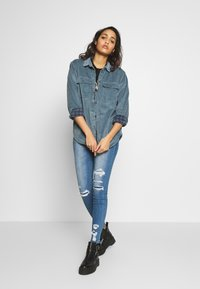 American Eagle - CORE LINED PLUSH - Camisa - blue - 1