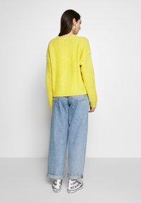American Eagle - SLOUCHY CROPPED CABLE - Strikkegenser - citron - 2