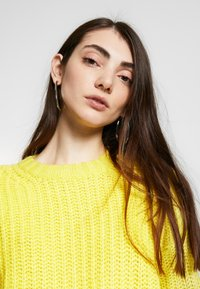 American Eagle - SLOUCHY CROPPED CABLE - Strikkegenser - citron - 3