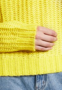 American Eagle - SLOUCHY CROPPED CABLE - Strikkegenser - citron - 5