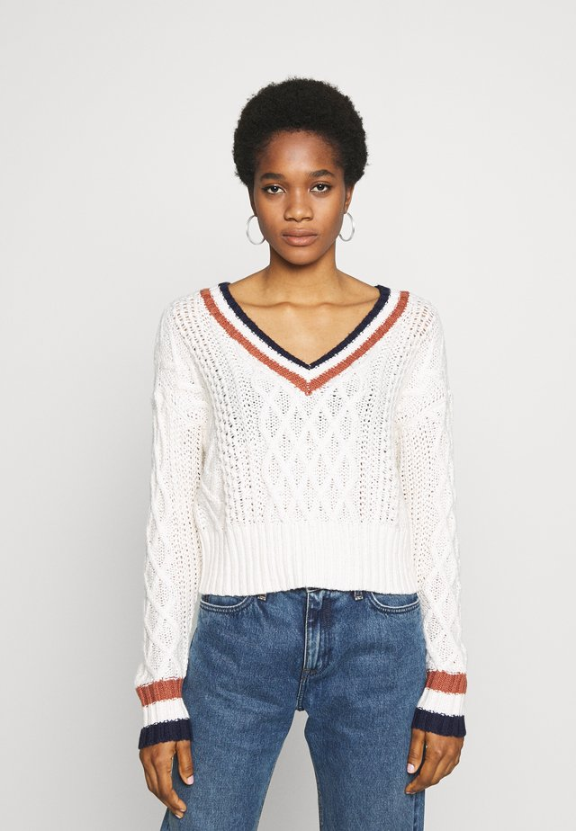 CROPPED V-NECK CABLE - Jersey de punto - cream