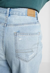 American Eagle - CURVY MOM JEAN - Jeans Relaxed Fit - light repair - 5