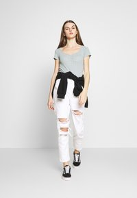 American Eagle - MOM - Slim fit jeans - white out - 1