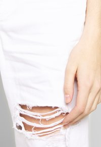 American Eagle - MOM - Slim fit jeans - white out - 4