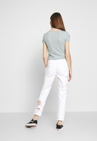 American Eagle - MOM - Slim fit jeans - white out - 2