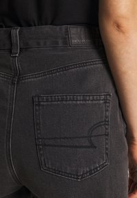 American Eagle - CURVY MOM - Slim fit jeans - rocker black - 4