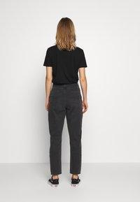 American Eagle - CURVY MOM - Slim fit jeans - rocker black - 2