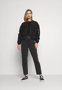 American Eagle - CURVY MOM - Slim fit jeans - rocker black - 1