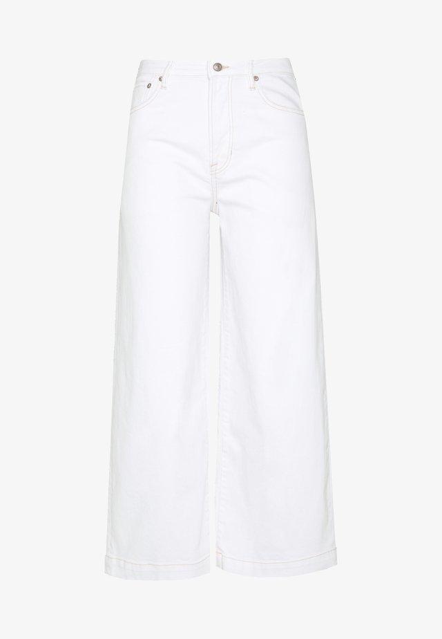 SUPER HI-RISE CROP - Straight leg jeans - white washed