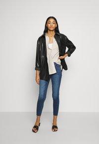 American Eagle - HIGH RISE CROP - Jeans Skinny Fit - medium wash - 1