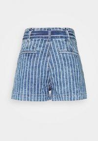 American Eagle - PAPER BAG TIE WAIST - Shorts di jeans - medium wash - 1