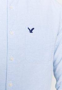 American Eagle - SOLID OXFORDS - Vapaa-ajan kauluspaita - light blue - 5