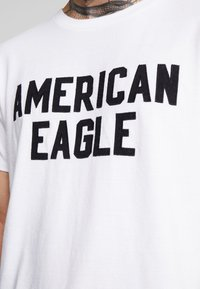 American Eagle - BITESTITCHING CLASSIC FIT - T-shirt con stampa - new white - 5