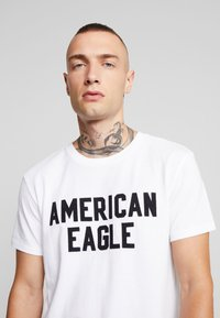 American Eagle - BITESTITCHING CLASSIC FIT - T-shirt con stampa - new white - 3