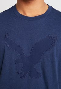 American Eagle - BITESTITCHING CLASSIC FIT - T-shirt con stampa - navy - 4