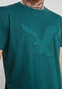 American Eagle - BITESTITCHING CLASSIC FIT - T-shirt con stampa - green - 5