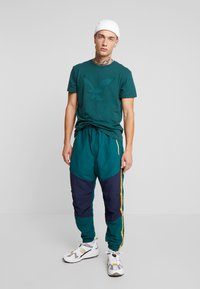American Eagle - BITESTITCHING CLASSIC FIT - T-shirt con stampa - green - 1