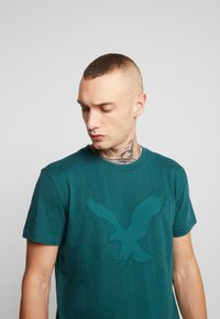 American Eagle - BITESTITCHING CLASSIC FIT - T-shirt con stampa - green - 3