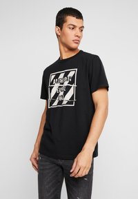 American Eagle - SET IN TEE BOUND NECK - T-shirt con stampa - bold black - 0
