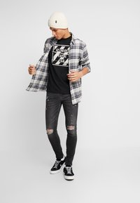 American Eagle - SET IN TEE BOUND NECK - T-shirt con stampa - bold black - 1