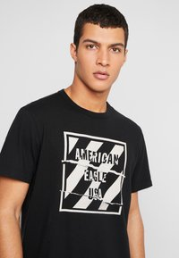 American Eagle - SET IN TEE BOUND NECK - T-shirt con stampa - bold black - 4